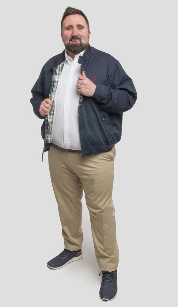 Pantalon chino beige, chemise blanche et blouson bleu marine pour homme fort.